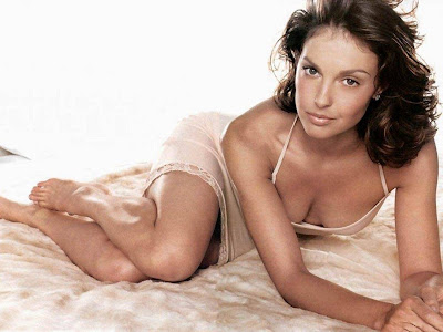 Ashley Judd in Sexy Pose wallpaper