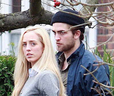 https://1.bp.blogspot.com/_wjRc8W9wCMY/SzttNT1AtvI/AAAAAAAACdo/2cdaoyg7vek/s400/gallery_enlarged-robert-pattinson-beard-lizzy-pattinson-london-photos-2-12282009-002.jpg