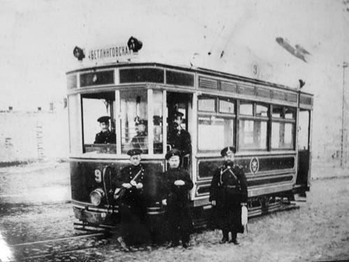 Вагоновожатые, кондуктор и полицейский возле трамвая в Симферополе