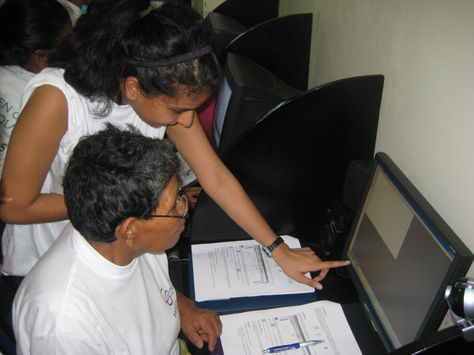 [Nisha+giving+instructions+to+Beatriz+in+her+first+computer+class.jpg]