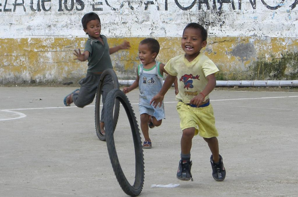 [playing+with+tire+3.jpg]