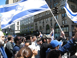 Photo: Flag of Israel raised at pro-Israel parade