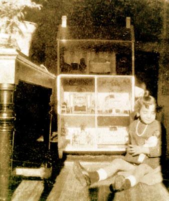 Mi Logroo de Cristal Mi madre con su casa de muecas