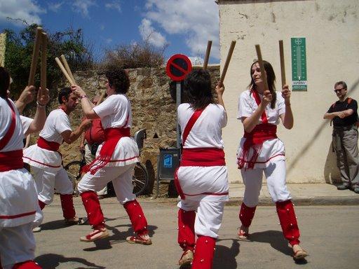 Bastoners de Malla dansant a Maià de Montcal