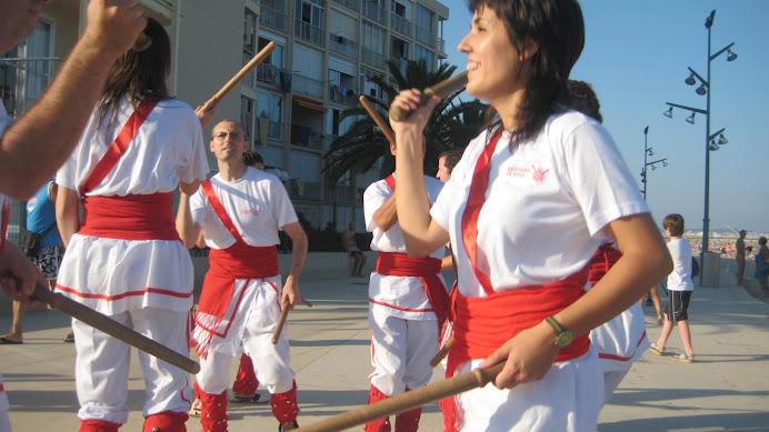 Dansant al passeig de La Pineda, 33a trobada Nacional de Bastoners