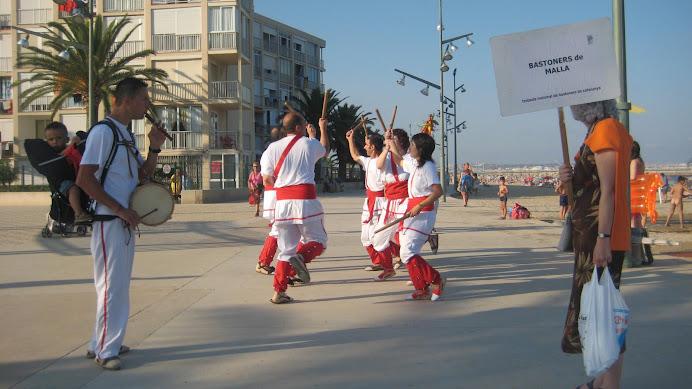 Bastoners de Malla dansant vora el mar