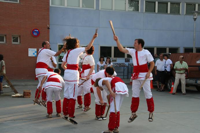 Bastoners de Malla dansant a Llagostera (Gironès)