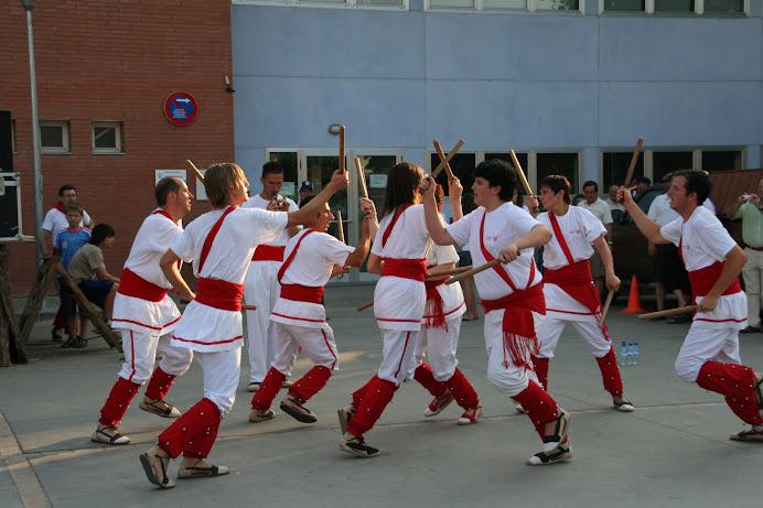 Bastoners de Malla ballant al Parc de l'Estació de Llagostera