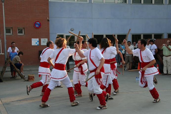 Bastoners de Malla dansant davant l'antiga estació de Llagostera