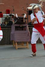 En Xavier dansant el Ball de Segadors davant la presència del Bou de Malla
