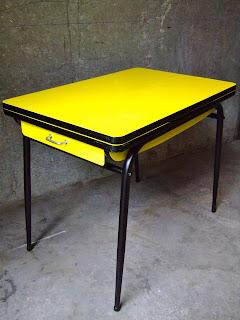 vintage bazar table cuisine formica jaune ann e 60. Black Bedroom Furniture Sets. Home Design Ideas