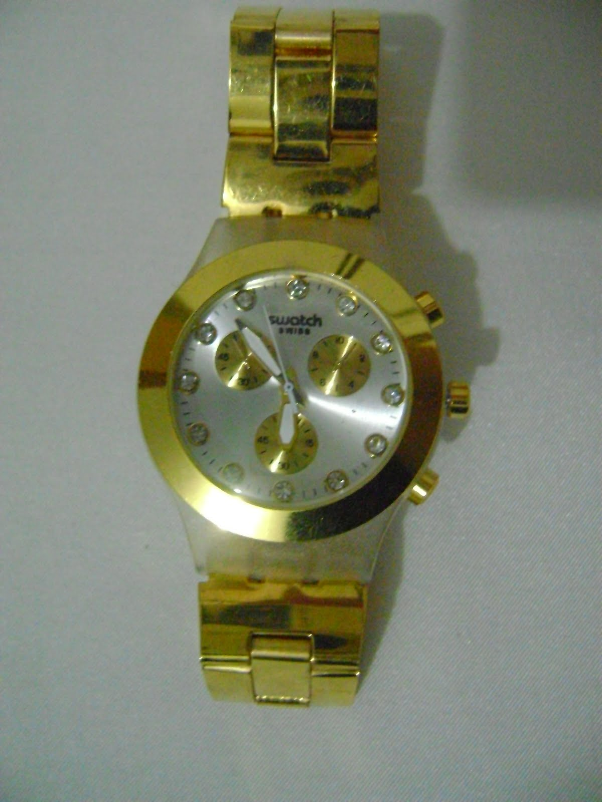 d274499e221 O relógio dourado está por apenas R   25