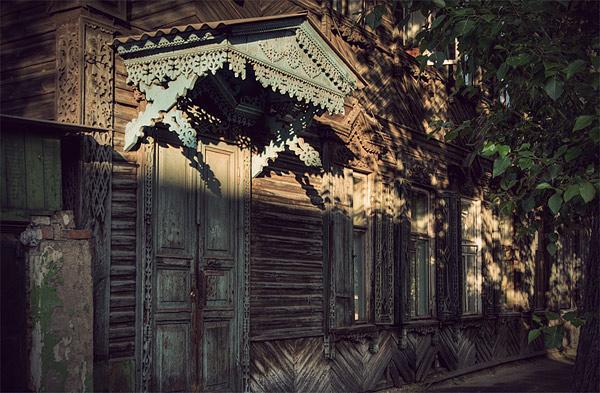 Фотографии старого Сибирского дома и особенно резные окна из дерева.