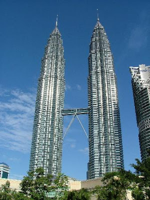 former tallest building in world petronas towers kuala lumpur malaysia