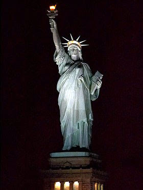 landmark photos statue of liberty at night new york pictures