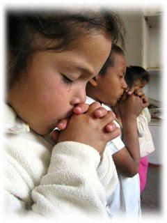 foto de niño  rezando