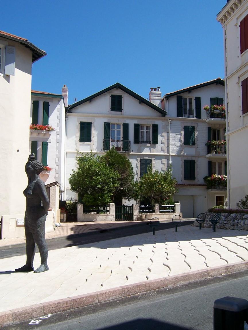 [statues+in+Biarritz.jpg]