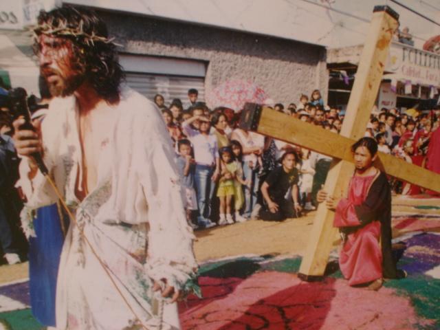 Yeshúa es ayudado por Shimón Qirinaya