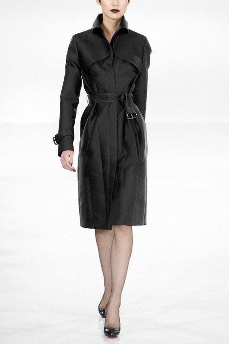 Az ilyen fekete selymes kabátot viseld alakra simuló ruhával 66a43475d3
