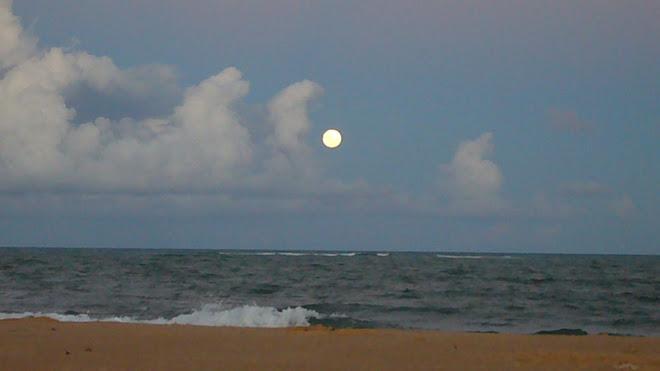 Lua deslumbrante, por-do-sol magnífico. Encontro do rio com o mar em Barra Grande/BA