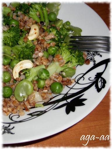 Kasza gryczana z bobem, groszkiem i brokułami