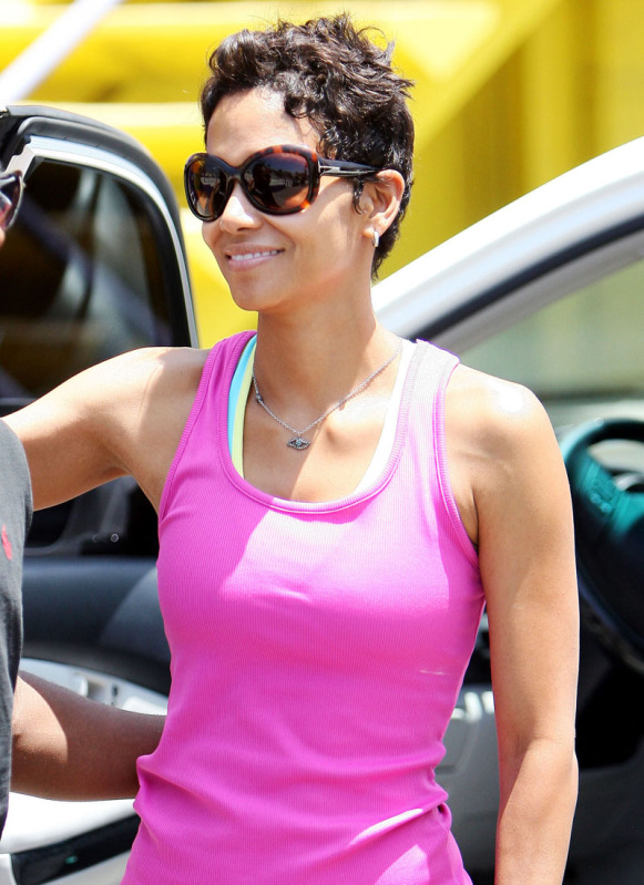 Halle Berry Cute Wallpaper Wallpaper World Halle Berry Hot And Fit In Tight Workout