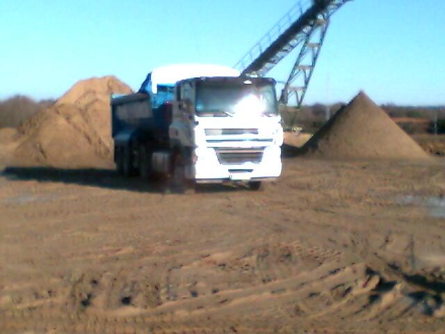 Camión Trailers en Cantera cargando arenas para Recebos y Construcción