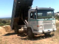 Camión pegaso basculando arenas para Recebos Campo de Golf