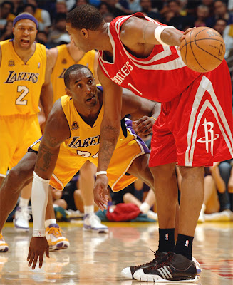 Kobe Bryant marcando Tracy McGrady / Foto: NBA