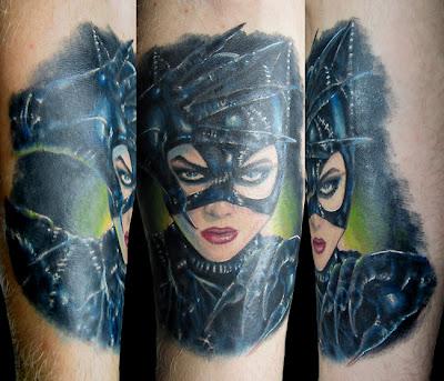 tatuagem com o rosto da mulher gato