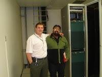 léo f. silva ao lado do roteador de ip da intelig, responsável pelo acesso À Internet dos estados do Paraná, Santa Catarina e Rio Grande do Sul