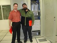 Léo F. Silva e Márcio Nigro em frente ao servidor do provedor Central Server