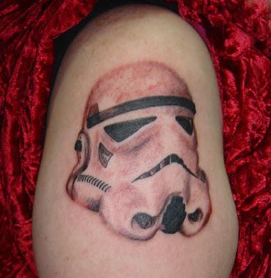 storm trooper tatudado no joelho