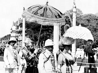 الملك جورج الخامس والملكة ماري يتفقدان مستعمراتهما في الهند في 1911.