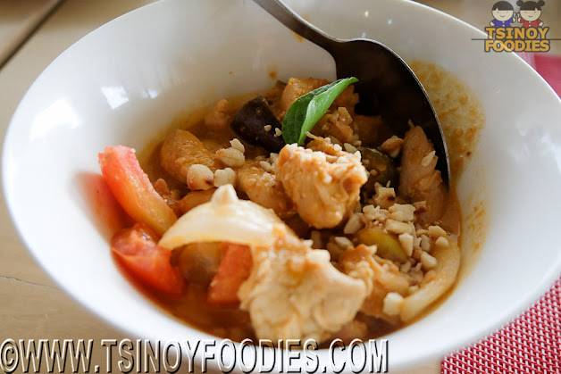 thai chicken curry in peanut sauce