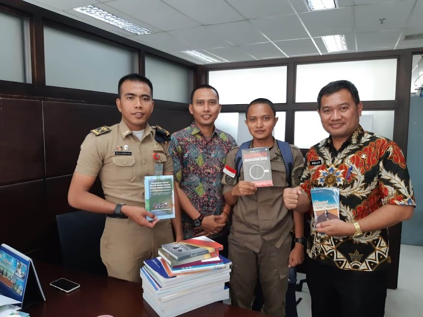 Pemberian Bantuan Buku Untuk Perpustakaan Desa Di Pandeglang