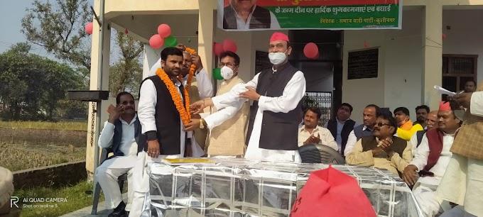 कुशीनगर :समाजवादी पार्टी प्रवुद्ध सभा के जिलाध्यक्ष जय कुमार त्रिपाठी उर्फ बाबा को माला पहनाकर व मिठाई खिला किया जोरदार स्वागत