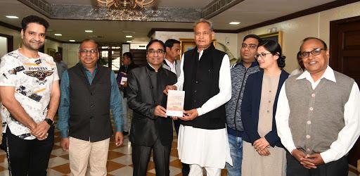 मुख्यमंत्री अशोक गहलोत पुस्तक का विमोचन करते हुए
