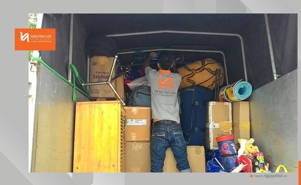 Nhân viên sắp xếp đồ đạc trên thùng xe