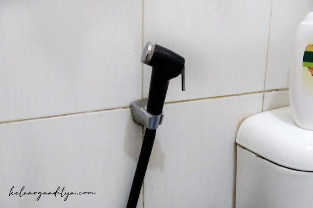 Toilet sprayer membantu membersihkan poop yang menempel di clodi dan liner