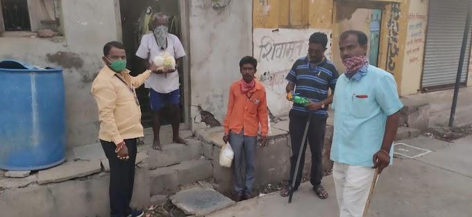 निंबवड्यात समाजसेवेचा झरा आजही जिवंत!! ; नामदेवशेठ मोटे यांच्याकडून गरीब कुटुंबियांना मदत