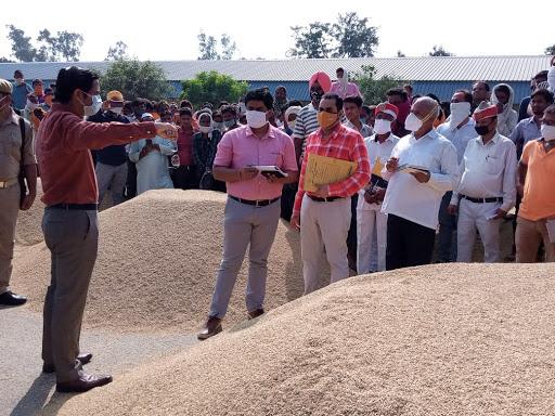 जिलाधिकारी द्वारा मण्डी परिसर में स्थित धान क्रय केन्द्रों का किया गया औचक निरीक्षण