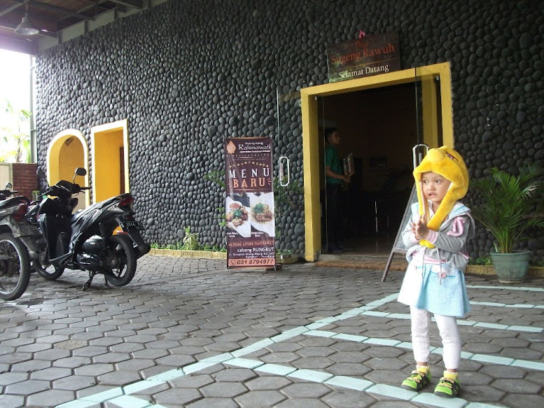 Parkiran Warung Apung Rahmawati Rungkut